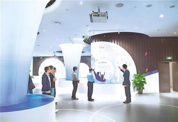 游客在中国数谷——国家大数据(贵州)综合试验区展示中心参观