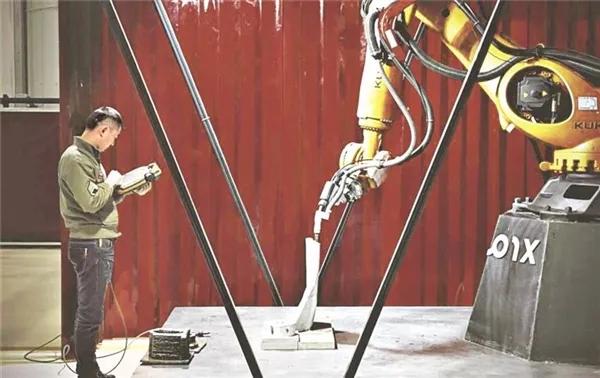 翰凯斯工作人员操作3D打印机械臂